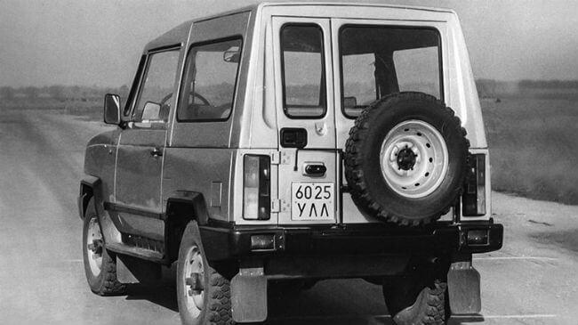 УАЗ-3171 вид сзади автомобиля фото
